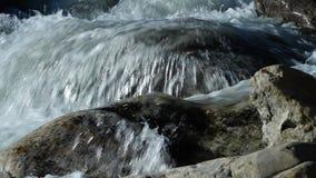 Wasserfall, der ?ber die Steine flie?t stock footage