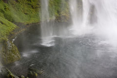 Wasserfall, der in ein Pool fällt Stockbilder