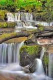 Wasserfall in der Einbuchtung stockbild