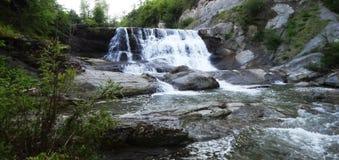 Wasserfall Der Gebirgsfluß stockbilder