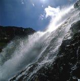 Wasserfall, der hinunter Felsen in den österreichischen Alpen taucht Stockfotografie