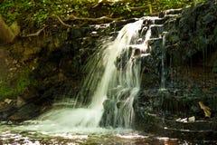 Wasserfall in der Landschaft Lizenzfreie Stockbilder