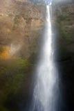 Wasserfall in der Mitte stockbild