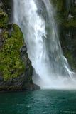 Wasserfall, der in Ozean abbricht Lizenzfreies Stockfoto