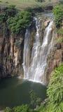 Wasserfall, der Regenbogen herstellt Stockbild
