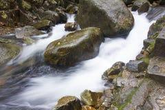 Wasserfall der Regenzeit lizenzfreies stockbild