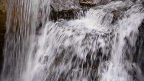 Wasserfall, der Schleife spritzt stock video