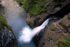 Wasserfall in der Schweiz lizenzfreies stockbild