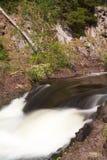 Wasserfall in der Sommerperiode Stockfotografie