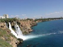 Wasserfall in der Stadt Stockfotos