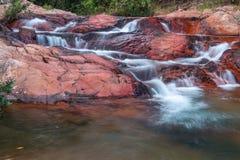 Wasserfall, der unten über Felsen fließt Lizenzfreie Stockfotos