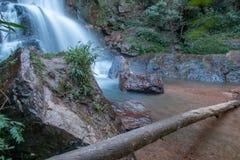 Wasserfall, der unten über Felsen fließt Stockfoto