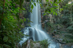 Wasserfall, der unten über Felsen fließt Lizenzfreies Stockfoto