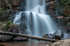 Wasserfall, der unten über Felsen fließt Stockbild