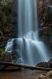 Wasserfall, der unten über Felsen fließt Stockfotografie
