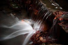 Wasserfall, der unten kommt Stockbilder