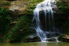 Wasserfall in der Waldherbstansicht lizenzfreie stockfotografie
