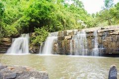 Wasserfall in der Waldlandschaft lizenzfreie stockbilder