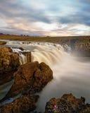 Wasserfall in der wilden Landschaft im Abendlicht lizenzfreies stockfoto