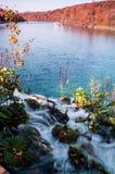 Wasserfall, der zu See in den Plitvice Seen führt Lizenzfreie Stockbilder