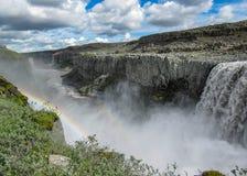 Wasserfall Dettifoss mit Regenbogen, schwarzen Basaltsäulen und Wasserspray am sonnigen Sommertag Nord-Island, Europa stockfotos