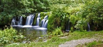 Wasserfall die Tuff-Verdammung, Lathkill-Tal lizenzfreie stockbilder