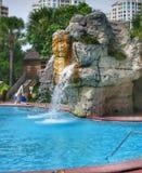 Wasserfall durch Pool Lizenzfreie Stockfotos