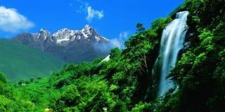 Wasserfall durch Schneemontierung Lizenzfreies Stockbild