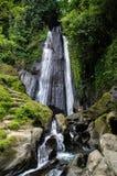 Wasserfall Dusun Kuning in Bali mit Frau Lizenzfreie Stockbilder