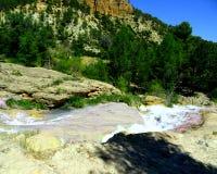 Wasserfall in einem Abgrund in Spanien lizenzfreies stockfoto