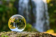 Wasserfall in einer Glaskugel lizenzfreies stockbild