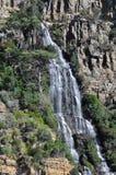 Wasserfall fällt in Meer stockfotos
