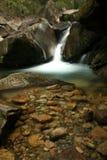 Wasserfall-Fließen Stockbild