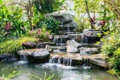 Wasserfall in Garten stockfoto