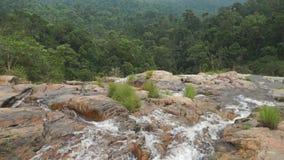 Wasserfall gegen den Dschungel, Zeitlupevideo stock footage