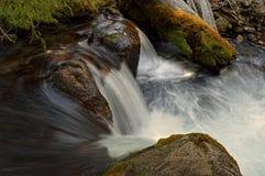 Wasserfall, Hut-Nebenfluss, vulkanischer Nationalpark Lassens lizenzfreie stockfotos