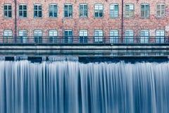 Wasserfall im alten Industriegebiet in Norrkoping, Schweden stockbild