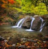 Wasserfall im autumn-4 Lizenzfreies Stockbild
