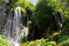 Wasserfall im Berg Lizenzfreie Stockfotos