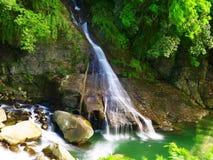 Wasserfall im Berg lizenzfreies stockbild