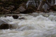 Wasserfall im Berg Stockfotografie