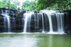 Wasserfall im Dschungel Lizenzfreies Stockbild