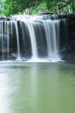 Wasserfall im Dschungel Stockfotos