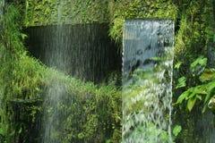 Wasserfall im Dschungel war dicht lizenzfreies stockbild