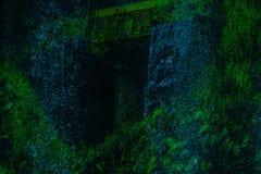 Wasserfall im Dschungel war dicht lizenzfreie stockfotos