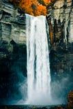 Wasserfall im Fall Lizenzfreies Stockfoto