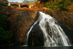Wasserfall im Felsen Lizenzfreie Stockfotografie