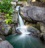 Wasserfall im forrest und in den Felsen lizenzfreies stockbild