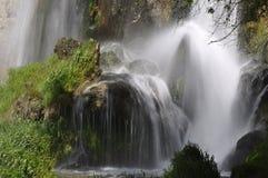 Wasserfall im Frühjahr Lizenzfreie Stockfotografie
