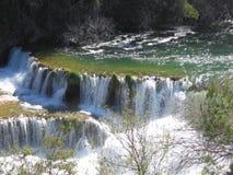 Wasserfall im Frühjahr Stockfotos